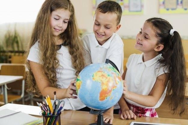 shkolniki-rassmatrivayut-globus.jpg