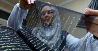 Художница 3 года переписывала Коран на шёлке золотыми чернилами!