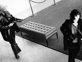 im269-Patty_Hearst_takes_part_in_the_April_1974_Hiberna_bank_raid_with_other_SLA_members.jpg